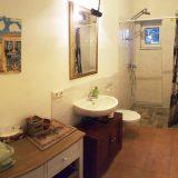 Blick ins Bad mit WC und Regendusche