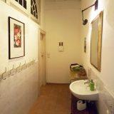 Blick ins Bad mit Waschbecken und Ablage