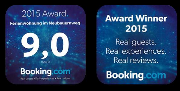 Zwei Plaketten mit der Note 9 von Booking.com