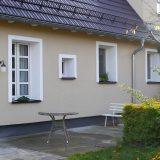 Ansicht auf die Rückseite des Hauses mit einer kleinen Terrasse