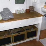 Badschrank aus Holz