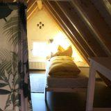 Bett mit Vorhang